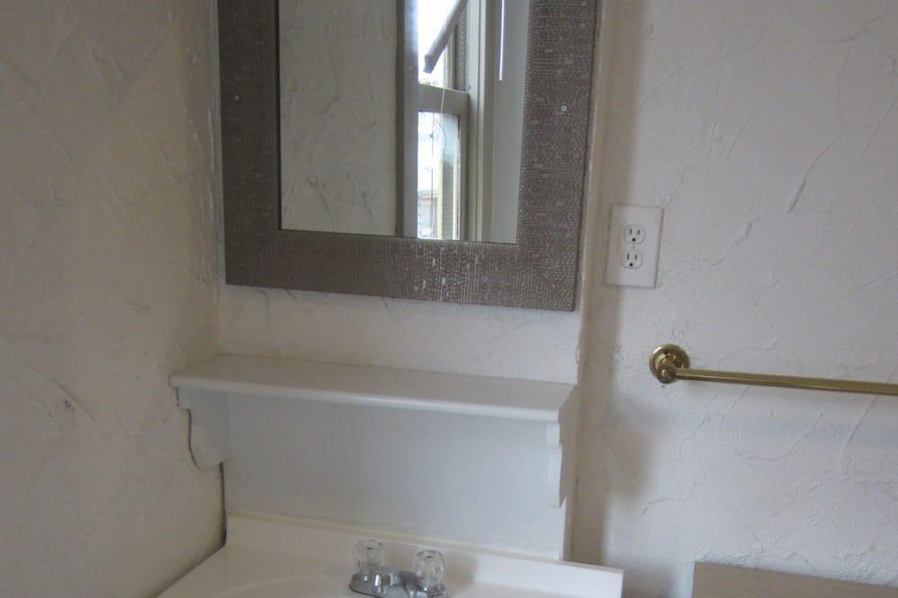 Pokoj se dvěma jednolůžky, společná koupelna - Umyvadlo vkoupelně