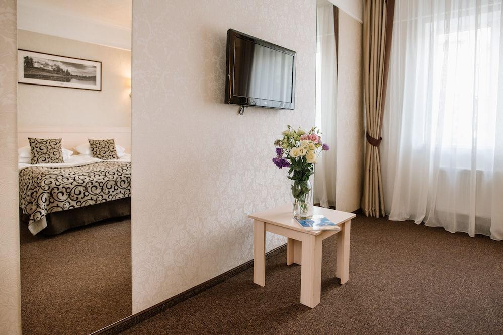 Pagerinto tipo kambarys (1 dvigulė / 2 viengulės lovos) - Svetainės zona