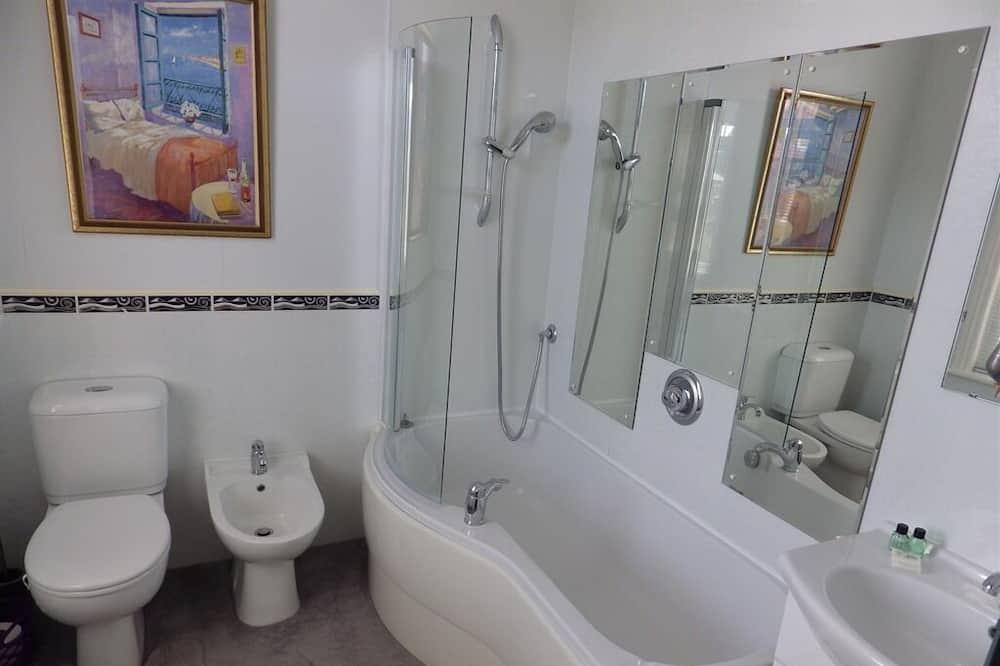 Двухместный номер «Классик» с 1 двуспальной кроватью, смежные ванная комната и спальня - Ванная комната