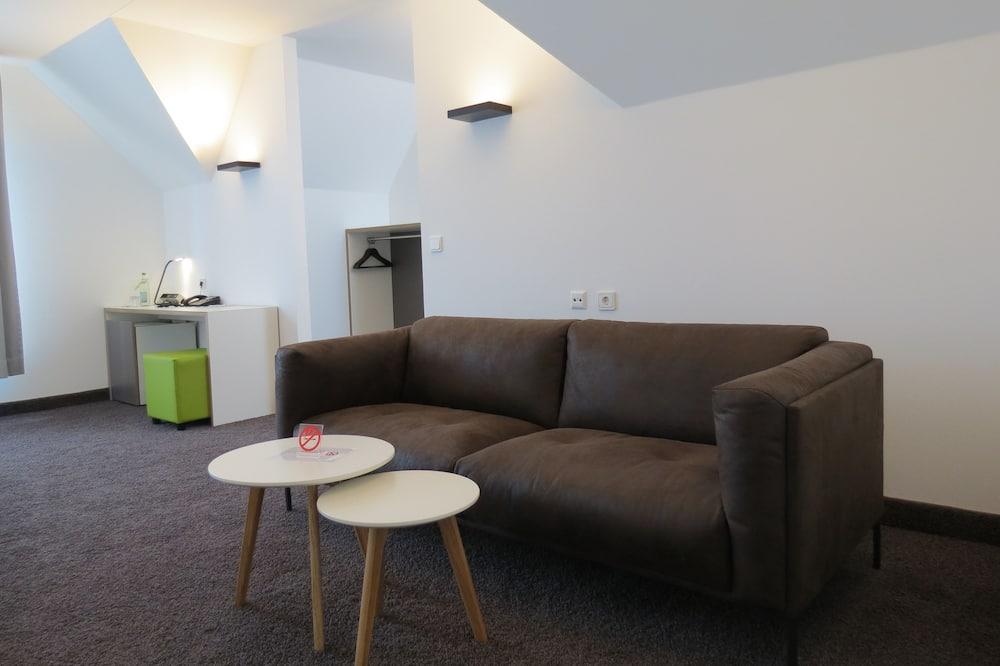 Economy Quadruple Room, 1 Bedroom, Non Smoking - Living Area