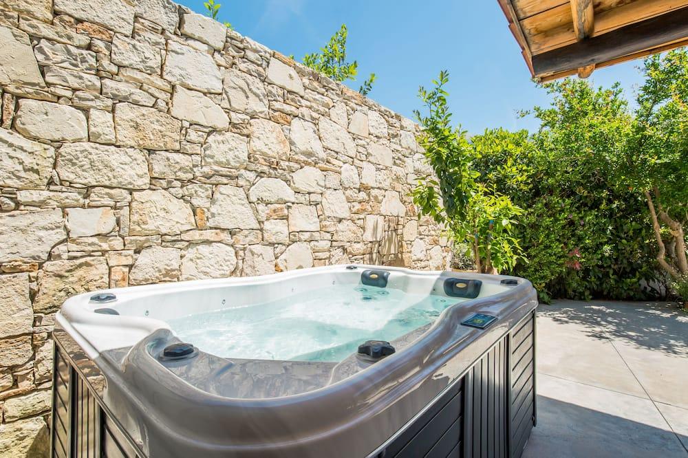 Departamento Deluxe, bañera de hidromasaje, vista a la montaña - Bañera de hidromasaje privada