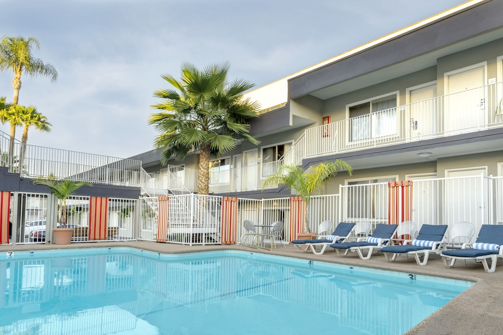 The Sherman Hotel Oaks Outdoor Pool