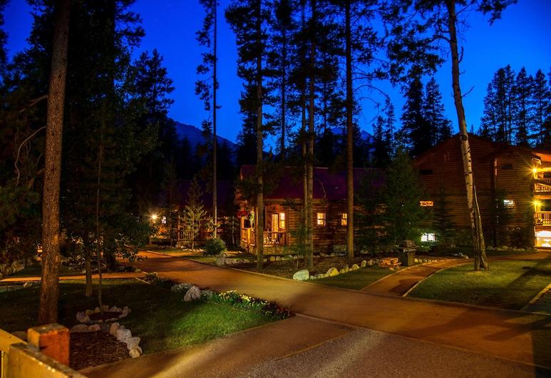 Baker Creek Mountain Resort, Lake Louise, Viešbučio fasadas vakare / naktį