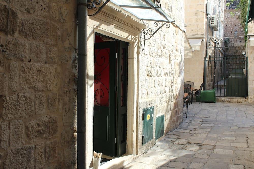Вхід до готелю