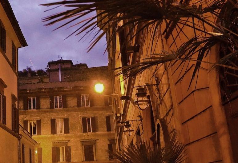Baghirova in Rome, Rim, Pročelje hotela – navečer/po noći