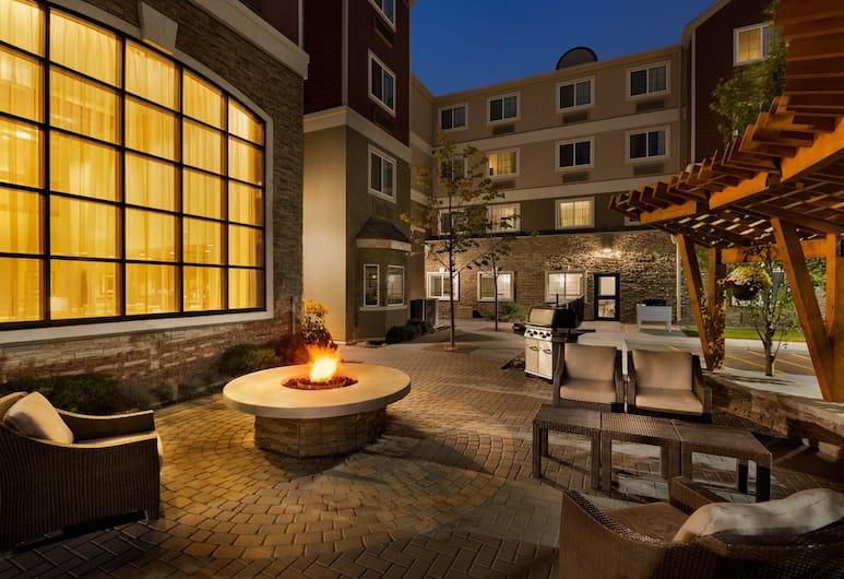 Staybridge Suites West Edmonton, Edmonton, Terrace/Patio