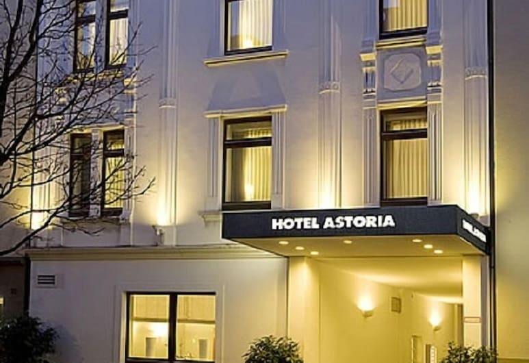 Hotel Astoria, Düsseldorf, Hotellin julkisivu illalla/yöllä