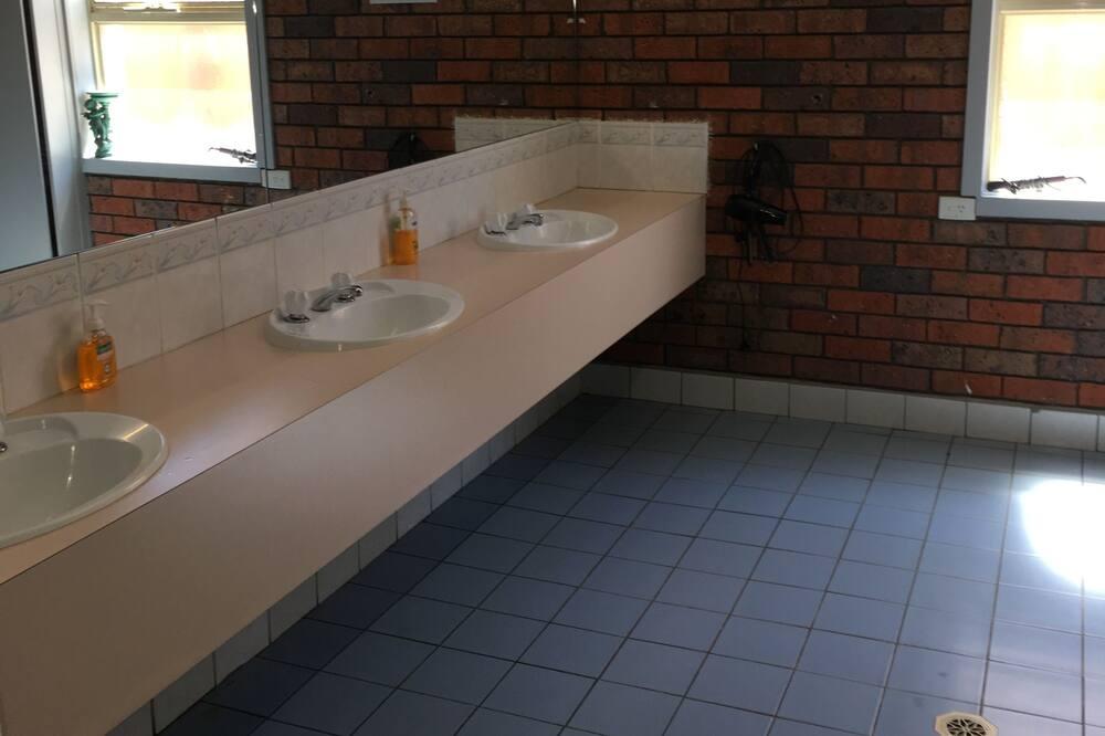 Shared Dormitory - Bilik mandi