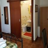 Dobbeltværelse med dobbeltseng eller 2 enkeltsenge - eget badeværelse - tårn - Badeværelse
