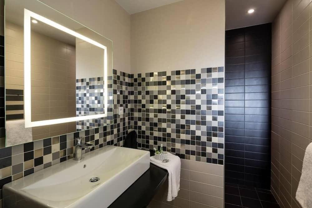 Dvivietis kambarys (2 viengulės lovos) su patogumais - Vonios kambarys