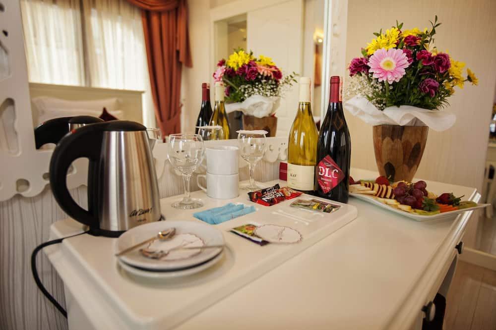 חדר סופריור זוגי או טווין - אזור אוכל בחדר