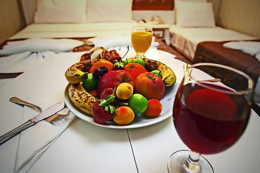 חדר לשלושה - אזור אוכל בחדר