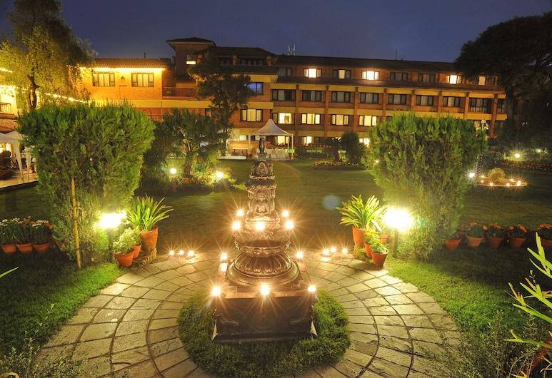 Shangri La Hotel, Kathmandu, Hotellin julkisivu illalla/yöllä