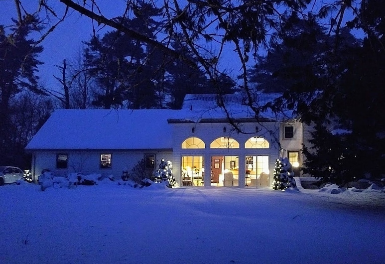 The Briarwood Bed and Breakfast, Elmsdale, Hotel Front – Evening/Night