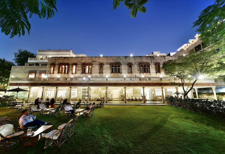 Arya Niwas, Jaipur, Entrada del hotel (tarde o noche)