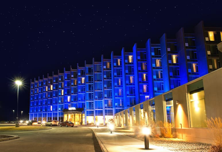 Grey Eagle Resort, Calgary, Hotel Front – Evening/Night