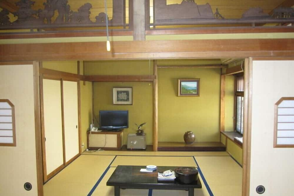 Традиционный номер (Japanese-Style, Shared Bath, 3 Adults) - Зона гостиной