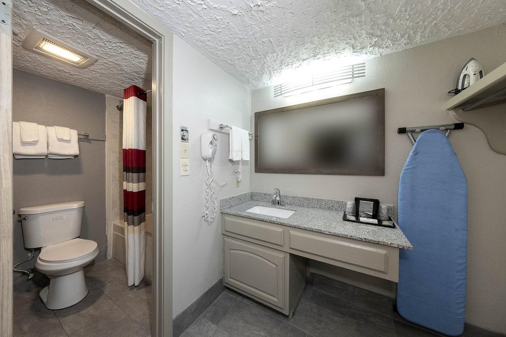 Superior Room, 2 Queen Beds (Smoke Free) - Bathroom