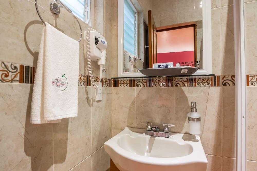 Junior-Studiosuite, Kühlschrank und Mikrowelle - Badezimmer