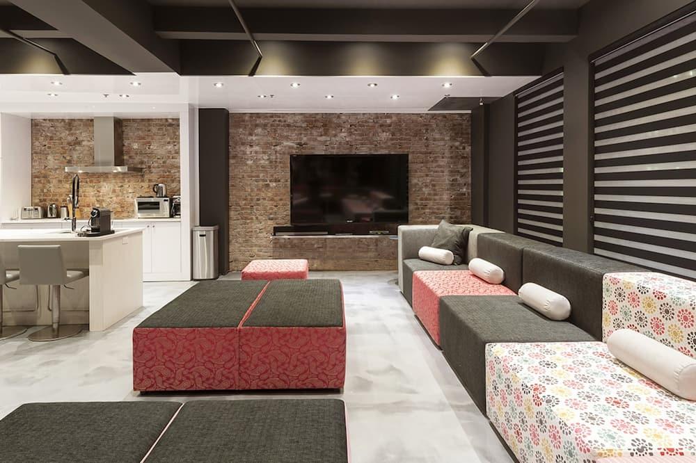 غرفة علوية رئاسية - ٤ غرف نوم - لغير المدخنين (Private 4 bedroom Loft 979) - غرفة معيشة