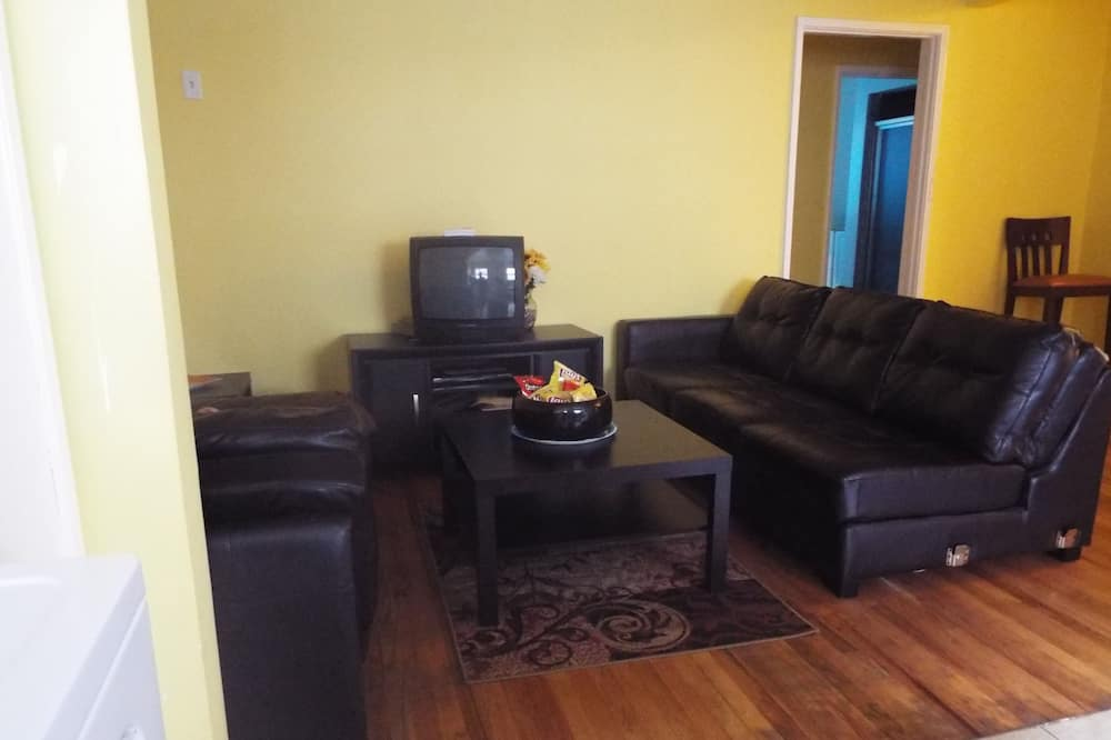 3 Bedroom 2 Bathroom and Living Room House - Obývačka