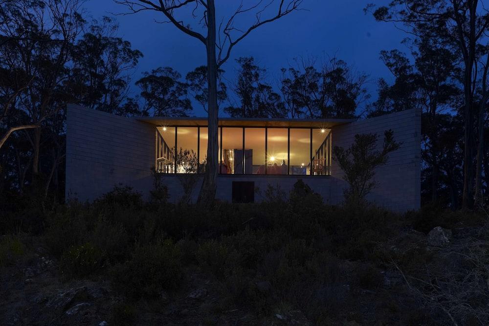 Overnatningsstedets facade – aften