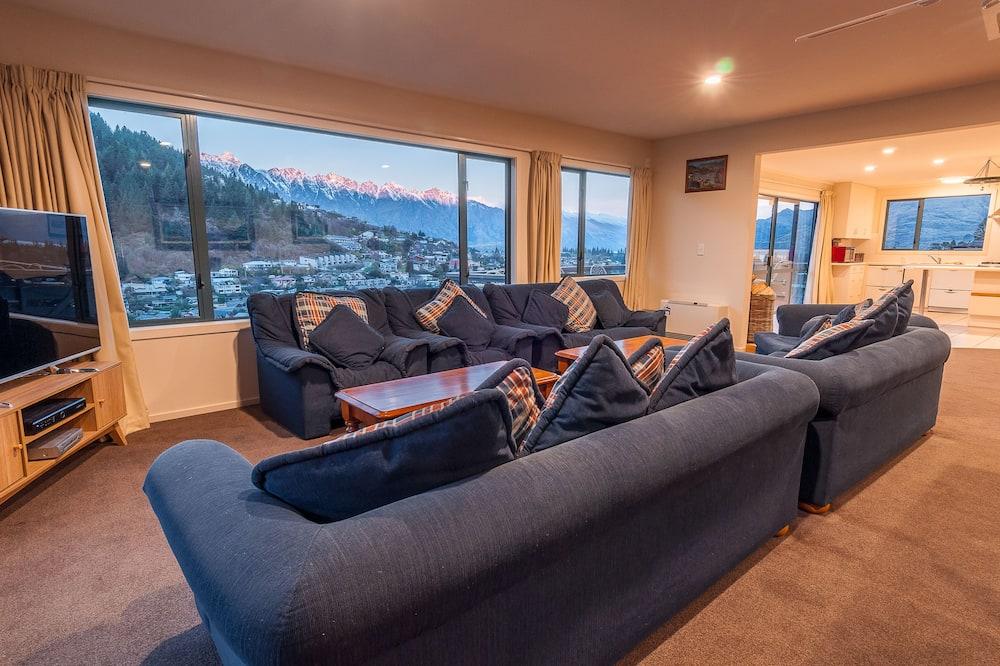 Deluxe 6 Bedroom 6 Bathroom Apartment - Living Area