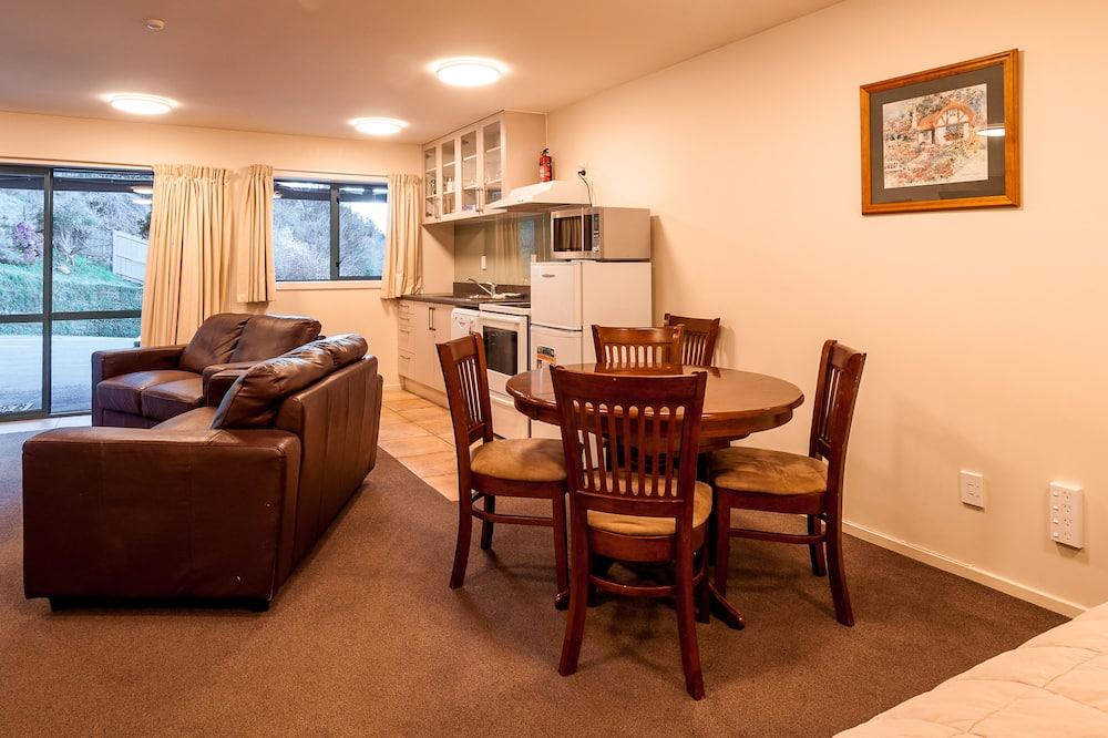 5 Bedroom 5 Bathroom Apartment - Living Area