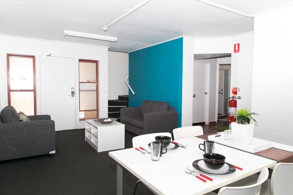 Chambre, salle de bains commune - Coin séjour