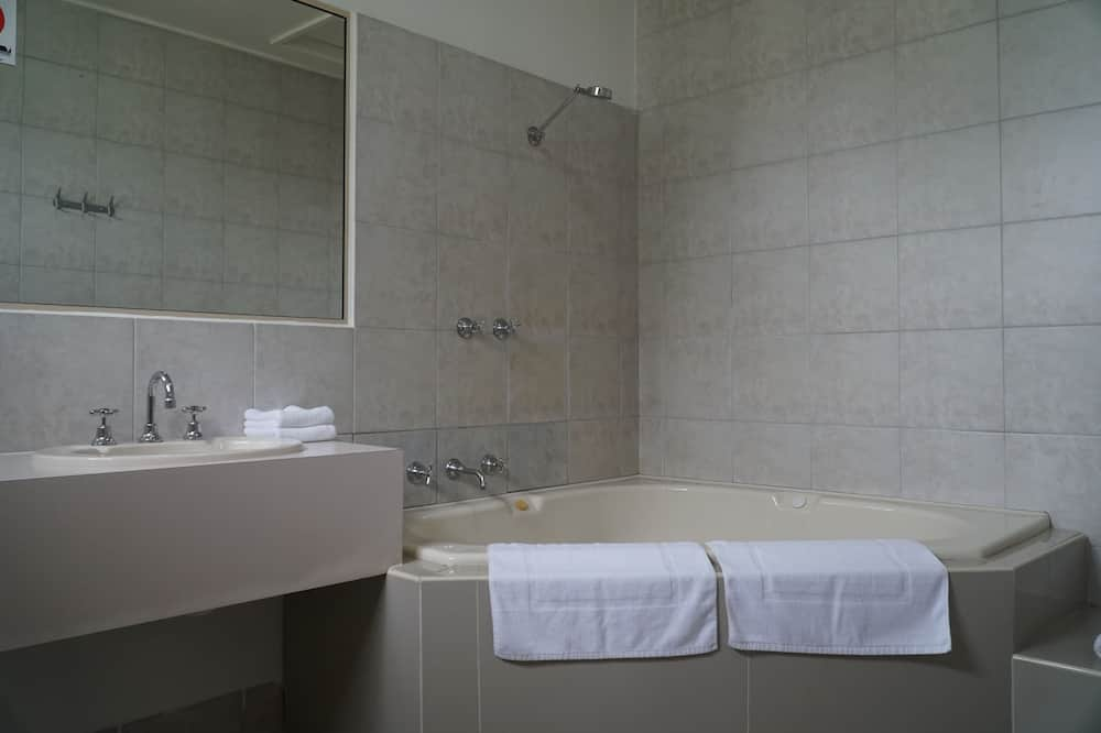 Pokoj, dvojlůžko (180 cm), vířivka - Koupelna