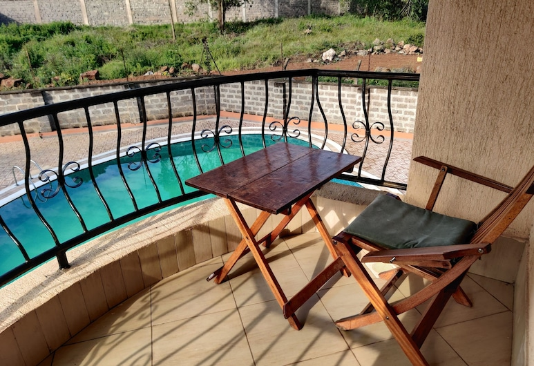 Longview Suites, Найроби, Улучшенный номер, 1 двуспальная кровать, мини-кухня, вид на сад, Вид с балкона