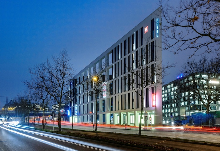 ibis Hamburg City, Hampuri, Hotellin julkisivu illalla/yöllä