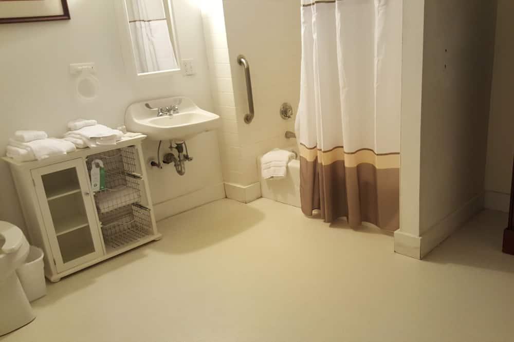 1 King (Economy Partial Patio View 107) - Bathroom