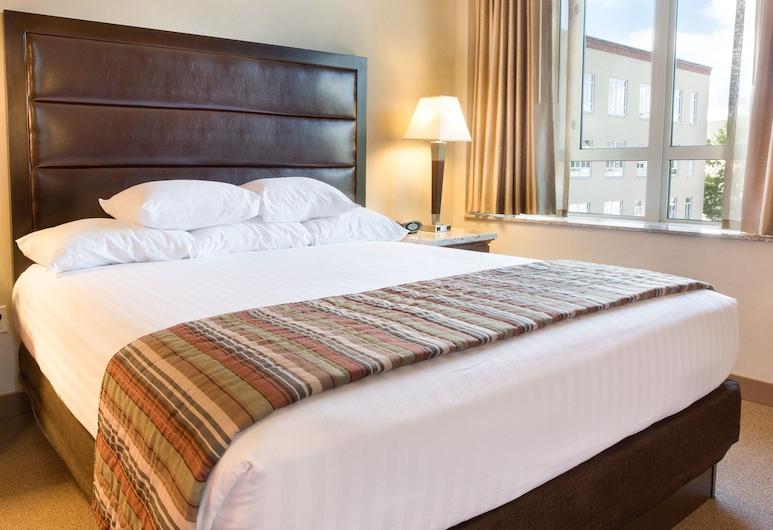 Drury Plaza Hotel in Santa Fe, Santa Fe, Deluxe Room, 1 King Bed, Refrigerator & Microwave (Soaking Tub, Upper Floor), Guest Room