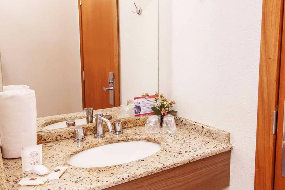 Chambre Standard avec lits jumeaux, 2 lits doubles - Salle de bain