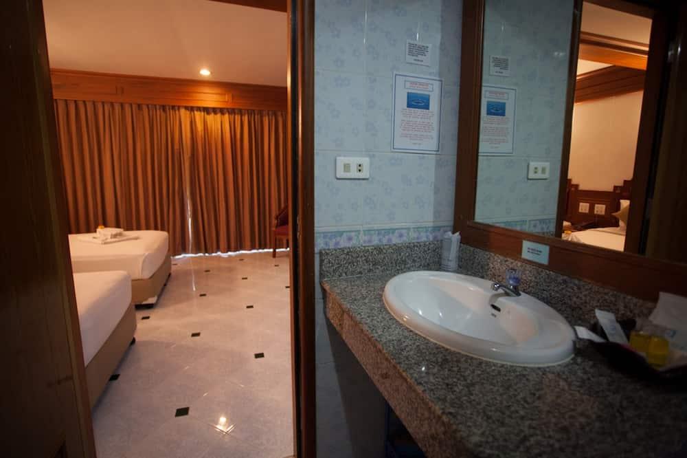 Deluxe Room, 1 King Bed, Balcony - Bathroom