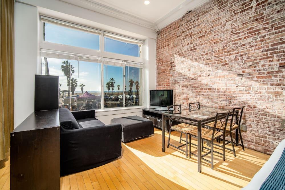 Large Oceanfront Studio - Living Room