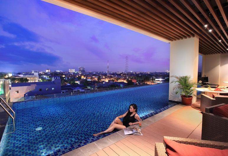 Swiss-Belinn Manyar, Surabaya, Kamar Deluks, Kolam Renang Luar Ruangan