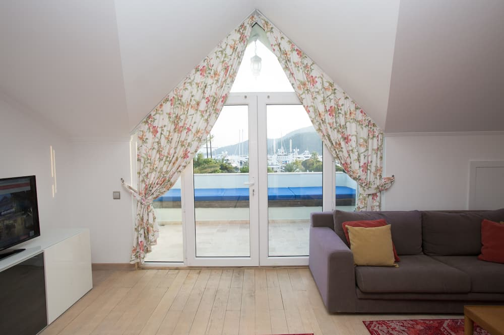 Superior Suite, 2 Queen Beds, Balcony, Sea View 2 - Living Area