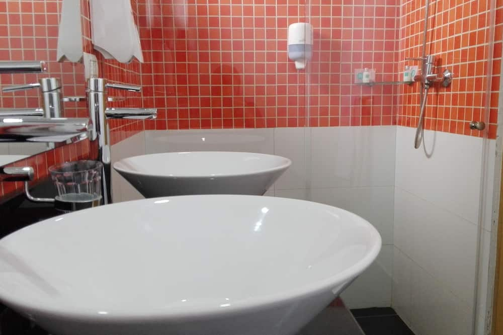 Улучшенный трехместный номер - Ванная комната
