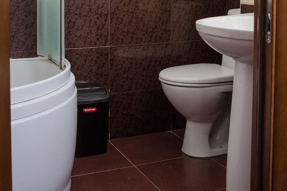 Standard Twin Room, 1 Bedroom - Bathroom