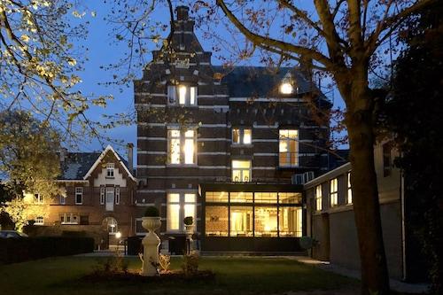 """t Huys van Steyns/></noscript><img class="""""""" data-src=""""https://exp.cdn-hotels.com/hotels/9000000/8330000/8328300/8328298/299c8e0a_y.jpg?impolicy=fcrop&w=500&h=333&q=high"""" alt=""""'t Huys van Steyns""""/></span><div class=""""_3mfSem""""><span class=""""_351i3f""""></span></div></div><div class=""""_2mwGi9""""><div class=""""_1AWUGb""""><section class=""""xQv_W8""""><div class=""""OXlLRS""""><h2 class=""""_3-7yB4"""">'t Huys van Steyns</h2><span class=""""_2dOcxA _1rJjyi"""">3žvaigždučių</span></div><p class=""""_1lXFgH""""><span class=""""_3PJboa""""><span>1,5 km iki miesto centro</span></span></p></section></div><div class=""""_30dwfS _1hMIWH""""><div class=""""_2dCxfW""""><span class=""""S269px _1yY-Dp""""><span class=""""is-visually-hidden"""">Svečių įvertis</span><span class=""""_1biq31 _11XjrQ _3yXMS-"""">9,4<span class=""""is-visually-hidden"""">.</span></span><span class=""""_3Luohr"""">Neprilygstama</span><span class=""""_3HBaeM"""">27""""Hotels.com"""" svečių atsiliepimai(-ų)</span></span></div></div></div><a href=""""https://lt.hotels.com/ho460719/t-huys-van-steyns-tongeren-belgija/"""" class=""""_61P-R0""""><span class=""""is-visually-hidden"""">'t Huys van Steyns</span></a></div></li><li><div class=""""tObE0n""""><div class=""""_1M0UZH""""><span class=""""_1Ac6YH _2NFd5j _1DW1ZH ZCedaV""""><noscript><img src=https://exp.cdn-hotels.com/hotels/6000000/5220000/5218800/5218725/452102b2_y.jpg?impolicy=fcrop&w=500&h=333&q=high alt=Boutique Hotel Caelus VII/></noscript><img class="""""""" data-src=""""https://exp.cdn-hotels.com/hotels/6000000/5220000/5218800/5218725/452102b2_y.jpg?impolicy=fcrop&w=500&h=333&q=high"""" alt=""""Boutique Hotel Caelus VII""""/></span><div class=""""_3mfSem""""><span class=""""_351i3f""""></span></div></div><div class=""""_2mwGi9""""><div class=""""_1AWUGb""""><section class=""""xQv_W8""""><div class=""""OXlLRS""""><h2 class=""""_3-7yB4"""">Boutique Hotel Caelus VII</h2><span class=""""_2dOcxA _1rJjyi"""">4žvaigždučių</span></div><p class=""""_1lXFgH""""><span class=""""_3PJboa""""><span>1,1 km iki miesto centro</span></span></p></section></div><div class=""""_30dwfS _1hMIWH""""><div class=""""_2dCxfW""""><span class=""""S269px _1yY-Dp""""><span class=""""is-visually-hidden"""">Svečių į"""