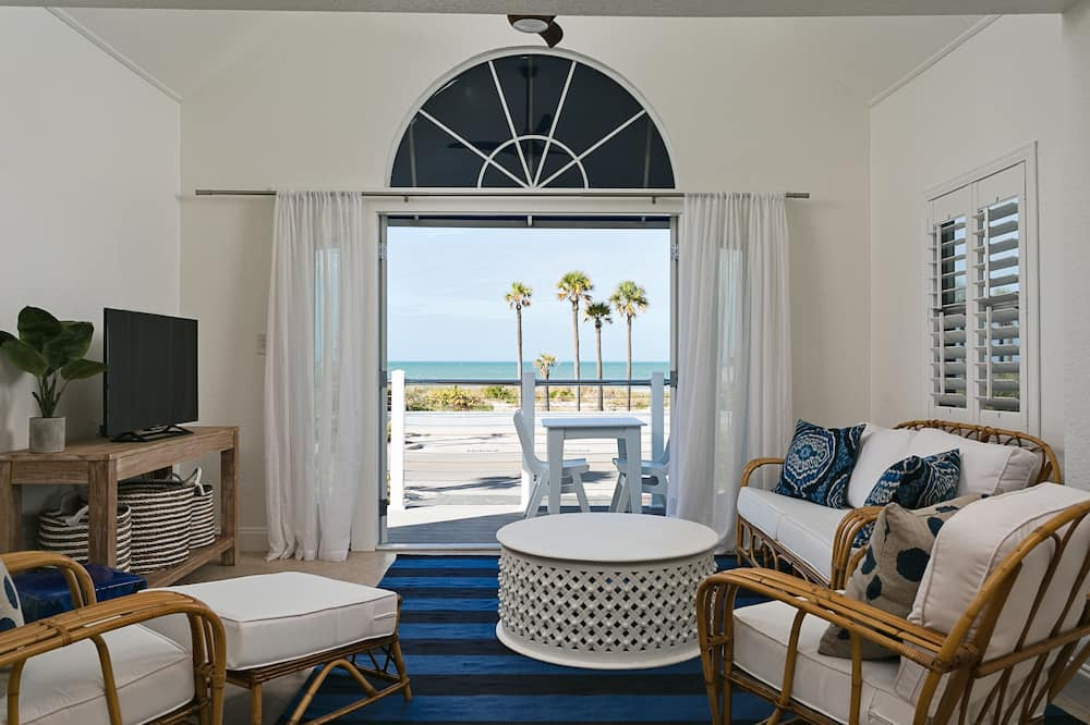 Deluxe Suite, 1 King Bed, Beach View (Magnolia) - Living Room