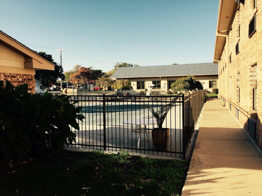 American Inn North Kansas City Outdoor Pool