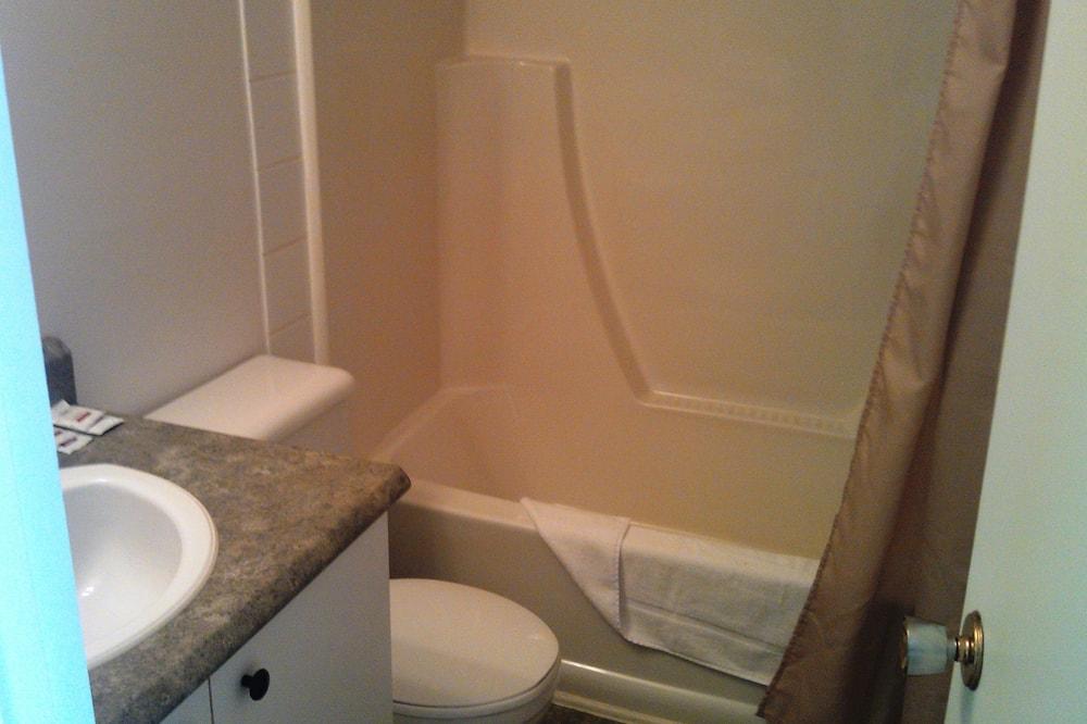 Kambarys, 2 standartinės dvigulės lovos, virtuvėlė - Vonios kambarys