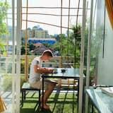 דירה משפחתית, 2 חדרי שינה, מטבח, נוף לעיר - אזור אוכל בחדר
