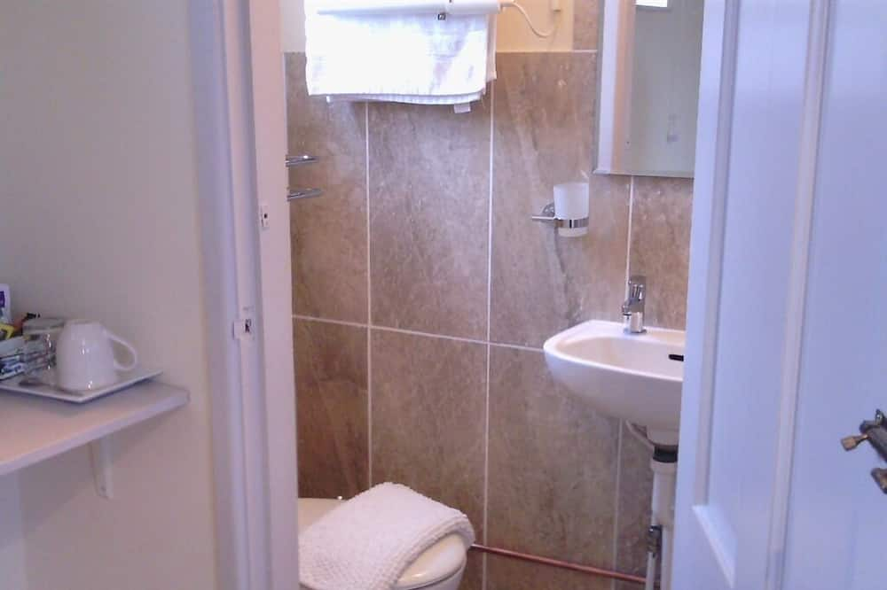 Superior Twin Room (Ensuite with Shower, Garden View) - Bathroom