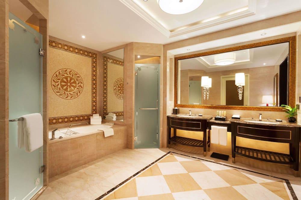 Numeris su papildomais patogumais, 1 labai didelė dvigulė lova - Vonios kambarys