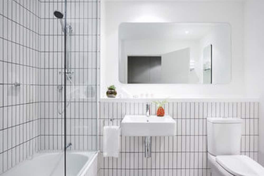 สตูดิโอ, เตียงใหญ่ 2 เตียง, วิวสวนสาธารณะ (Workspace) - ห้องน้ำ