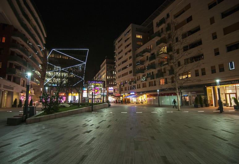 Corvin Center Suites, Budapeşte, Otelin ön cephesi (akşam)